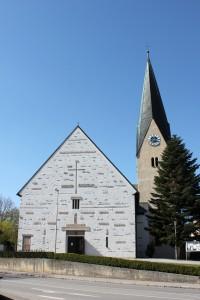 Kirche St. Georg, Die Pfarrkirche St. Georg in Pfakofen wurde in ihrer jetzigen Form im Jahr 1929 erbaut, hat aber mindestens zwei, vermutlich drei Vorgängerbauten an gleicher Stelle. An sie erinnern noch heute in den Kirchbau integrierte Reststücke, wie z. B. das gotische Taufbecken. Öffnungszeiten: Ganztägig