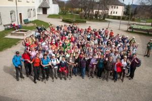 2018, Voroesterliche Pilgerwanderung von Heiligenstatt/ Lengau über Gebertsham bis Seeham, 2012-04-03; Foto: Chris Hofer; Bild zeigt: Gruppenfoto in Zellhof bei Mattsee