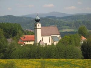 """Gemeindebilder Saldenburg, Pfarrkirche """"St. Brigida"""" von der B 85 aus"""
